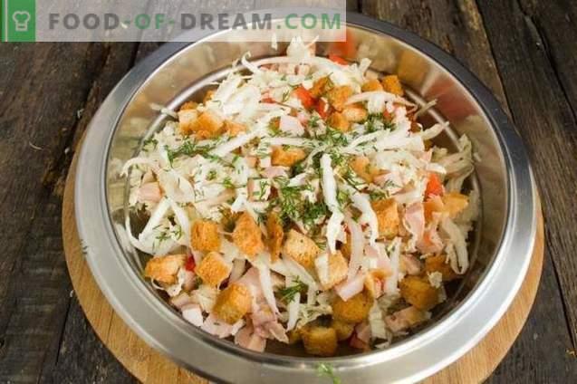 Salată cu șuncă, varză chineză și ouă de prepelit