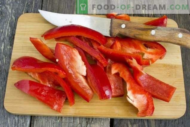 Ketchup de casă făcut din roșii proaspete și ardei grași