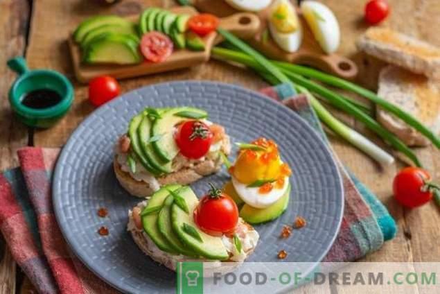 Tostadas de desayuno con ensalada de aguacate y huevo