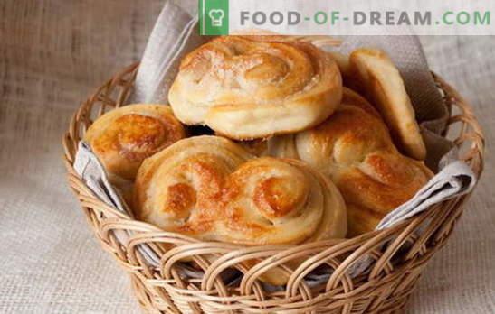 Chifle de drojdie - produse de patiserie dulci provin din copilărie. Bomboane de aluat de drojdie cu stafide, scorțișoară, fructe confiate și brânză de vaci
