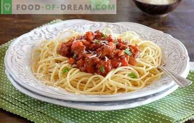 Pasta Bolognese - Smaka Italien! Recept pasta Bolognese med grönsaker, svamp, i en långsam spis