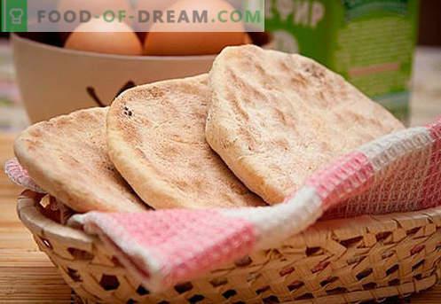 Prăjituri plate: brânză, porumb, dulce, secară, miere - cele mai bune rețete. Cum se coace prăjiturile pe apă, lapte sau kefir - în cuptor sau într-o tavă.