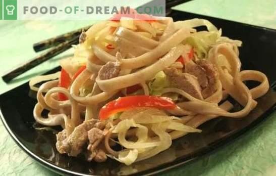 Tăiței cu carne de porc: multe moduri de a pregăti și servi un fel de mâncare simplă. Cât de gustos și rapid găti fidea cu carne de porc