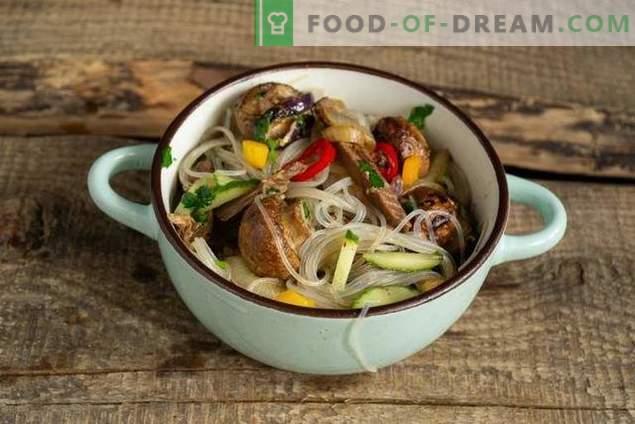 Salată caldă cu funchoza, carne de vită și ciuperci